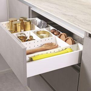 Systemy organizacji wewnętrznej do Slim Box pozwala funkcjonalnie podzielić i uporządkować szuflady za pomocą metalowych ram, przegród i pojemników. Fot. Rejs