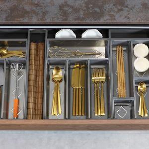 Ramy, przegrody i pojemniki zabezpieczają przechowywane produkty przed przesuwaniem się oraz mieszaniem podczas otwierania i zamykania szuflady. Możemy je także posegregować w taki sposób, by każda rzecz miała swoje miejsce. Fot. Rejs
