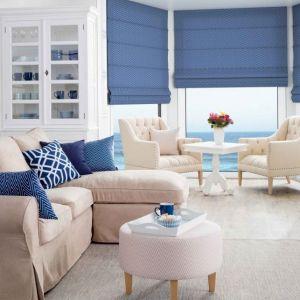 Całe mieszkanie urządzone w marynarskiej stylistyce może sprawiać wrażenie pretensjonalnego, dlatego urządź w tym nurcie jedno, maksymalnie dwa pomieszczenia. Na zdjęciu: szafka na wino Brighton w białym kolorze, 1.845 zł. Fot. Dekoria.pl