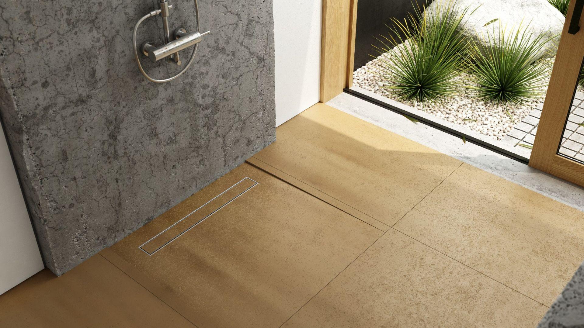 Dzięki zrównaniu wysokości brodzika z podłogą uzyskujemy jeden poziom w łazience, tworząc niczym nie zaburzoną, minimalistyczną i jednocześnie przestronną przestrzeń aranżacyjną. Odpływ liniowy Smooth Low. Fot. Schedpol