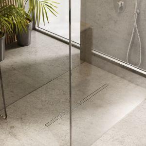 Coraz częściej we współczesnych łazienkach spotkać można kabinę prysznicową bez widocznego brodzika. To rozwiązanie posiadające szereg zalet – zarówno wizualnych, jak i tych funkcjonalnych. Fot. Slight line Schedpol
