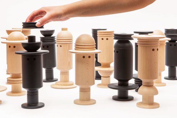 Human to zabawny drewniany ludzik z elementów, które można konfigurować w dowolny sposób. Figurka jest częścią nowej kolekcji Doki,autorskiej marki założonej przez Jarosława Szymańskiego, właściciela pracowni projektowej Studio 1:1.