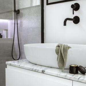 Bateria umywalkowa podtynkowa oraz podtynkowy system prysznicowy z kolekcji Omnires Y (Omnires), uchwyt Under w wybarwieniu gunmetal (PAP DECO).
