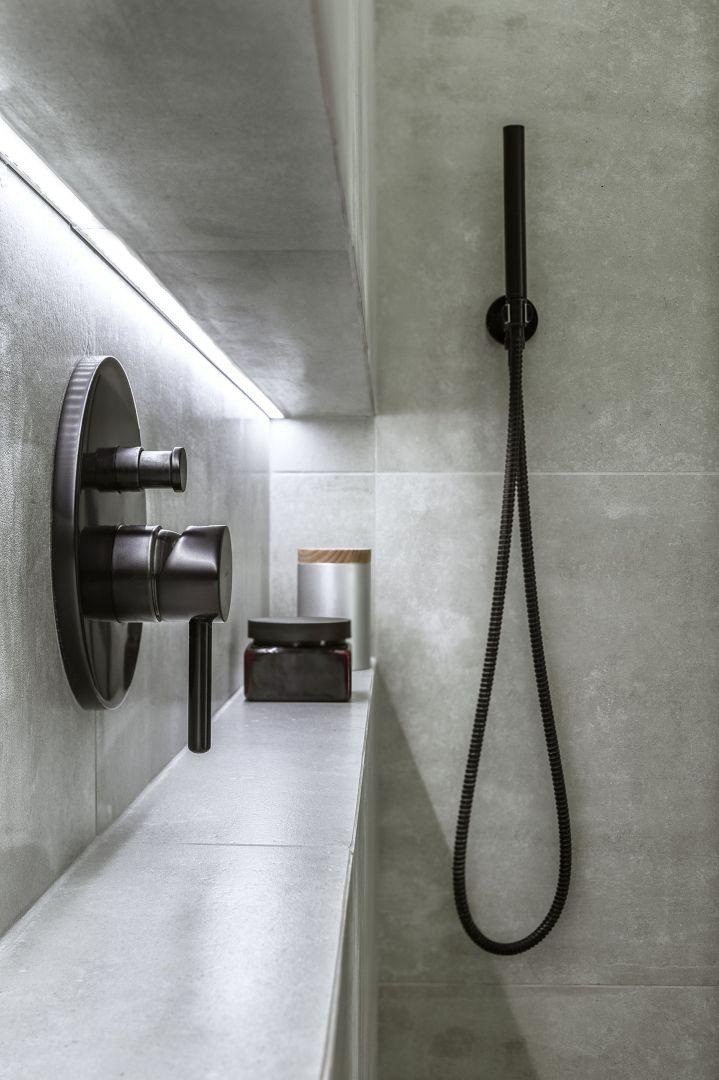 System prysznicowy podtynkowy z kolekc i Omnires Y (Omnires ), kontenerek do przechowywania Tuz (Tre Product).