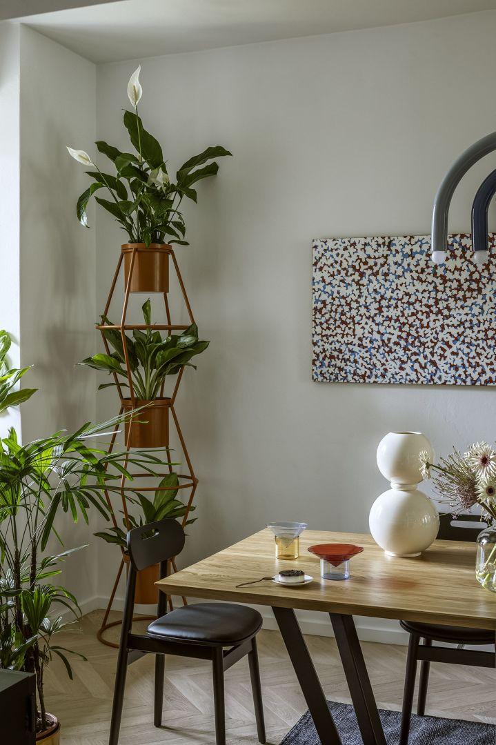 Kwietnik Totem (Bujnie), sztuka (Galeria Art In Architecture), wazon Miki (Malwina Konopacka), krzesło Jonas oraz stół Tavolo (Take Me Home), borokrzemowy zestaw Vovo (Tre Product).