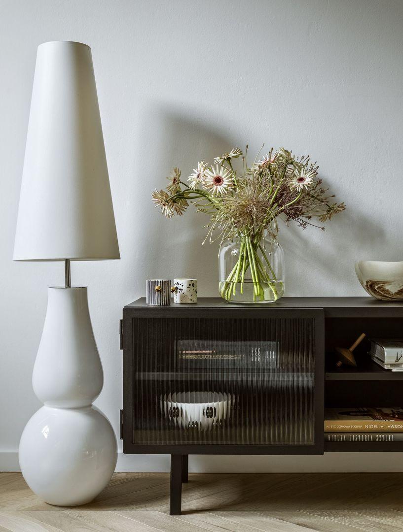 Lampa Ravenna (4Concepts), komoda rtv Object023 (NG Design), filiżanki (Karolina Szeląg, dostępne w sklepie: Porcelanowa), drewniany bączek (Tre Product)
