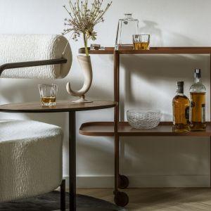 Fotel Saffron oraz stalowy barek Marguerite No2 (The Good Living&Co.), stolik kawowy Nato (Nobonobo), szklana misa Wicker Glass (Tre Product), karafka ze szklankami (Huta Szkła Julia, dostępna w sklepie Porcelanowa).