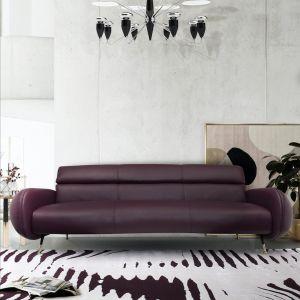 Sofka w kolorze porzeczkowym - ten mocny odcień zestawiamy z bielą i szarościami. Fot. Essential Home