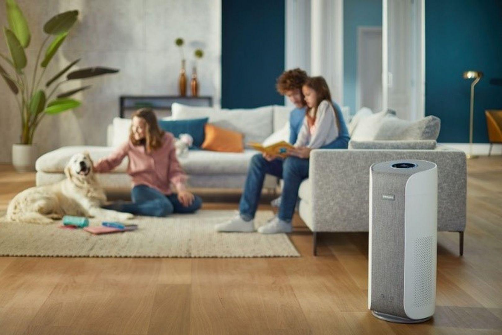 Oprócz regularnego sprzątania, ograniczenia powierzchni zbierających kurz oraz pilnowania niskiego poziomu wilgotności w mieszkaniu, możemy zainwestować w oczyszczacz powietrza, który upora się z alergenami. Na zdjęciu oczyszczacz Philips, cena od 2 239 zł. Fot. mat. prasowe Philips
