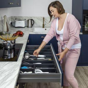 Wkłady do szuflad  znacznie upraszczają właściwe przechowywanie i szybkie odnajdywanie odpowiednich sztućców. Fot. Peka
