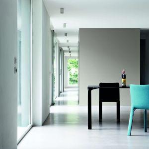 Krzesło joko dla marki Kristalia, o miękkim dotyku i zaokrąglonych formach które, dzięki szczupłemu profilowi oraz lekkości, może z łatwością być przestawiane. Ok. 2500 zł, Kristalia/Bartoli Design. Projekt Bartoli Design.