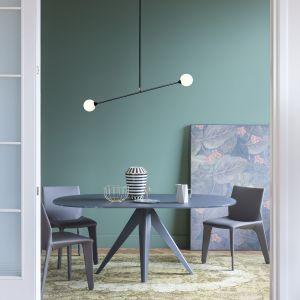 Noa - stół zaprojektowany przez Bartolini Design dla luksusowej włoskiej marki Bonaldo. Podstawa stołu wykonana z metalu dostępna w kilku kolorach. Blat występuje w fornirze z orzecha, litym dębie oraz orzechu, szkła oraz ceramiki w kilku kolorach. Ok. 8700 zł, Bonaldo/Bartoli Design