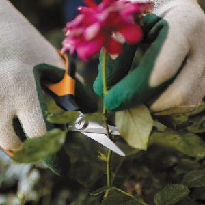 Nożyczki SP15 Solid do precyzyjnego przycinania roślin i kwiatów. Ostrza wykonane zostały ze stali nierdzewnej. Rączki pokryte zaś powłoką Softgrip. Dostępne w ofercie firmy Fiskars. Cena: ok. 33 zł. Fot. Fiskars