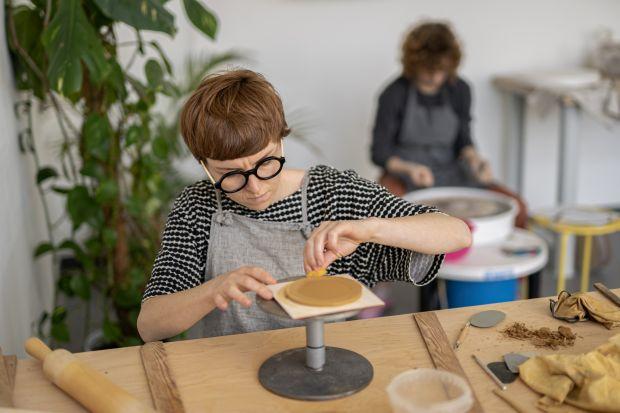 Projektanci, wykorzystując doświadczenie w pracy z tkaninami i ceramiką, stworzyli kolekcję, na którą składają się trzy produkty do pielęgnacji ciała. To przedmioty zmieniające codzienne czynności wrytuały, pozwalające oderwać się na ch