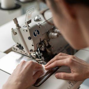 Każdy z trzech przedmiotów wykonano ręcznie, w 25 egzemplarzach, wykorzystując naturalne materiały oraz tradycyjne techniki.
