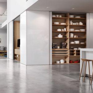 Zamawiane na wymiar szafy umożliwiają zabudowanie praktycznie każdych powierzchni, nawet tych trudnych, jak skosy czy narożniki pomieszczeń. Na zdjęciu: drzwi S800, regał Legno. Fot. Raumplus