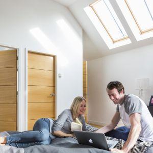Wersja hartowana sprawdzi się np. w większych przeszkleniach lub oknach dachowych, gdzie konieczna jest podwyższona wytrzymałość mechaniczna szkła. Fot. Pilkington Suncool™