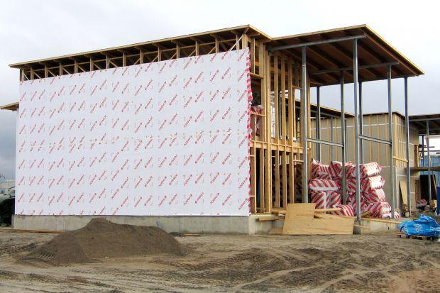 Każdy inwestor i wykonawca na etapiebudowy, a także późniejszej eksploatacji domu, musi uwzględnić problem wilgoci wnikającej w głąb konstrukcji budynku. Pomóc w tym może zastosowanie fasad wentylowanych z poprawnie wykonaną izolacją.