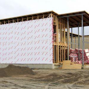 W przypadku fasad wentylowanych realizowanych w oparciu o drewnianą ścianę szkieletową należy być szczególnie ostrożnym już na etapie doboru rozwiązania izolacyjnego. Fot. Paroc