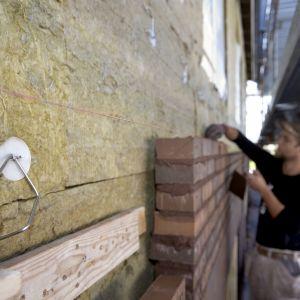 Niezależnie od wybranej metody izolacji, warto zwrócić szczególną uwagę na miejsca krytyczne, jakimi są narożniki budynku. W celu ochrony przed wiatrem oraz uszkodzeniami mechanicznymi, zawsze zaleca się używanie taśmy uszczelniającej, którą połączymy nachodzące na siebie prostopadle płyty. Fot. Paroc