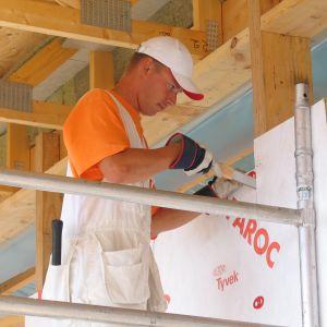Aby zachować ciągłość termoizolacji w oraz wokół szkieletu w przypadku drewnianych ścian szkieletowych, wentylowane ściany najlepiej ocieplać systemem dwuwarstwowym. Fot. Paroc