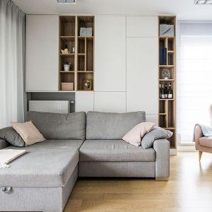 Sofa z leżanką i dodatkowo wygodny fotel - to rozwiązanie zamiast narożnika. Projekt: Katarzyna Czechowicz, pracownia Design Me Too. Fot. Katarzyna Czechowicz