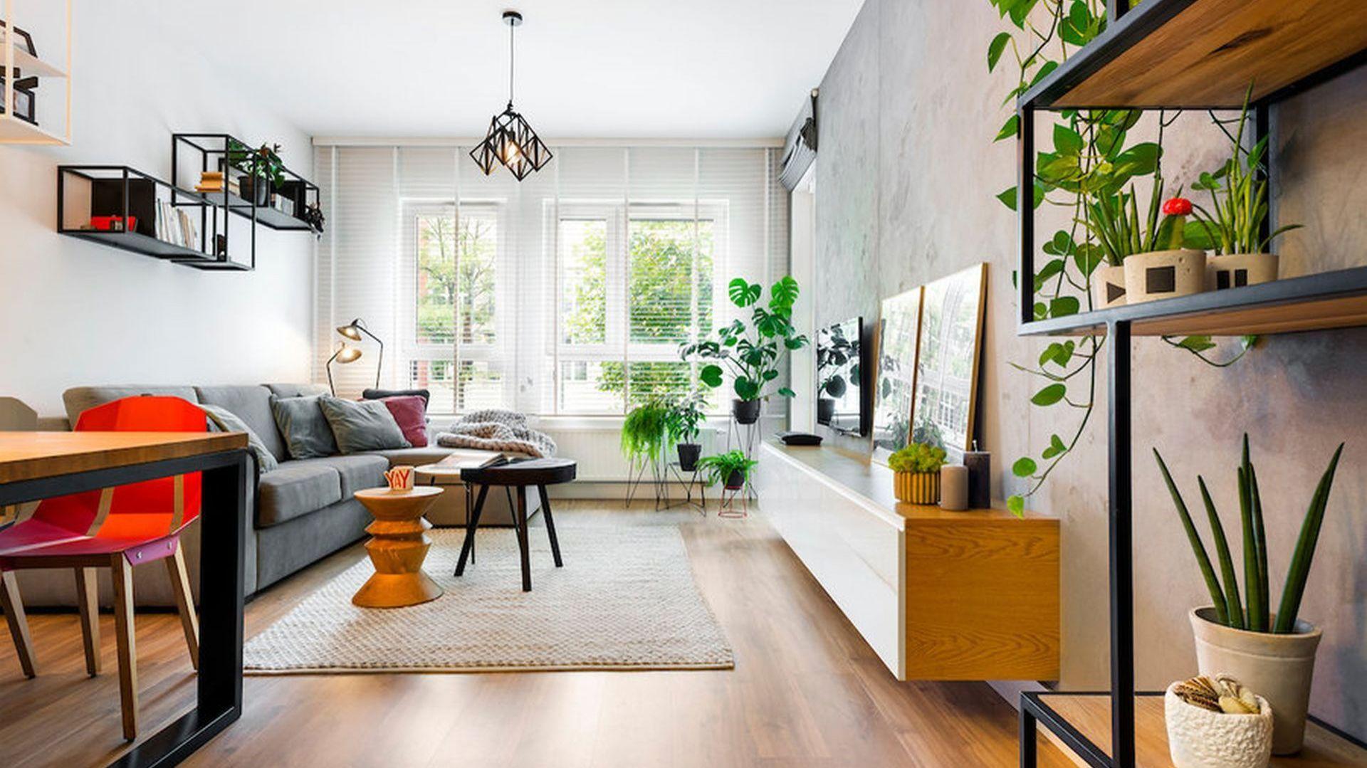 W małym salonie świetnie sprawdzi się kanapa lub narożnik pod ścianą. Projekt: Krystyna Dziewanowska, Red Cube Design. Zdjęcia: Mateusz Torbus, 7TH IDEA