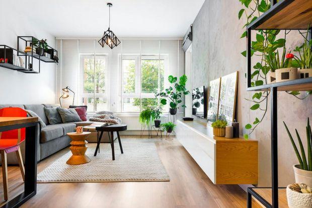Jak dobrze ustawić sofę w salonie? Jaka kanapa sprawdzi się w pokoju w bloku? jak ją łączyć z innymi meblami? Inspiracje i zdjęcia najpiękniejszych salonów.