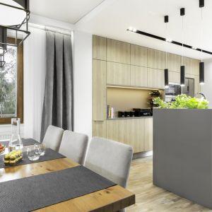 Nowoczesne wnętrze - pokój dzienny połączony z jadalnią i dużą kuchnią z wyspą. Projekt: Katarzyna Maciejewska. Zdjęcia: Dekorialove