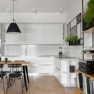 Biała zabudowa kuchenna dobrze się sprawdzi w aneksie kuchennym, ponieważ nie będzie wizualnie przytłaczać pomieszczenia. Projekt: Marta Kodrzycka, Marta Wróbel, Grupa Malaga. Fot. Magdalena Łojewska