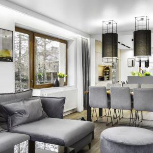 W otwartym wnętrzu kanapa, stół, krzesła i meble kuchenne muszą do siebie pasować stylistycznie. Projekt: Katarzyna Maciejewska. Zdjęcia: Dekorialove