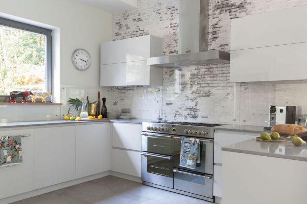 Jaki materiał wybrać na ścianę nad kuchennym blatem? Doskonałym rozwiązaniem będzie szkło. Zobaczcie jak pięknie prezentuje się kuchniach z polskich domów i mieszkań. Koniecznie zajrzyjcie do naszej galerii.
