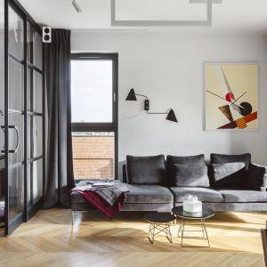 Ściana w białym kolorze stanowi doskonałe tło dla obrazu oraz czarnej lampy o bardzo prostej, geometrycznej formie. Projekt: Magdalena Bielicka, Maria Zrzelska-Pawlak, Pracownia Magma. Fot. Kroniki - Hanna Połczyńska