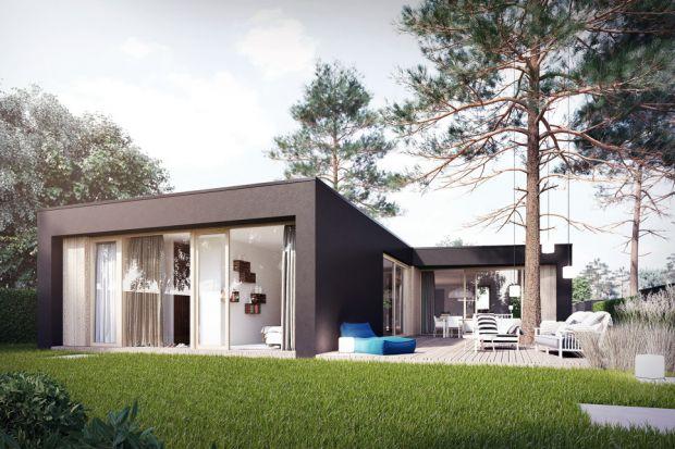 Nowoczesny i komfortowy dom idealny na wąską i długą działkę. Zobaczcie koniecznie ten ciekawy projekt parterowego domu z płaskim dachem.