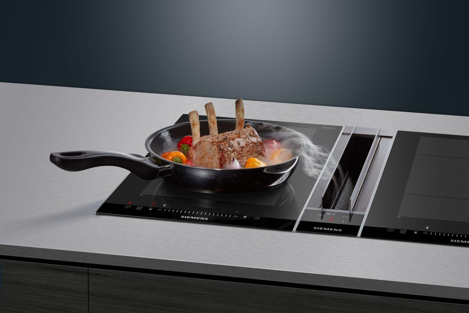 System flexInduction pozwala elastycznie dobrać ustawienia płyty kuchennej. Wystarczy przesunąć naczynie, a strefa, na której zostało postawione, aktywuje się automatycznie.