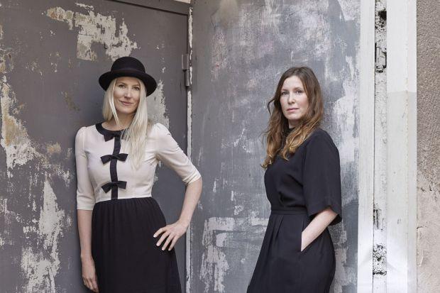 """Sofia Lagerkvist i Anna Lindgren tworzą szwedzkie biuro projektowe Studio Front. Nie boją się eksperymentować, bawić formą, zadawać pytań o sens pracy projektanta. A ich prace, choć na pierwszy rzut oka """"niesprzedawalne"""" są obiektem pożąda"""