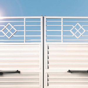 Brama dwuskrzydłowa jest bardziej podatna na uszkodzenia z przyczyn zewnętrznych. Fot. Plast-Met Systemy Ogrodzeniowe