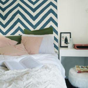 Sypialnia właścicielki. Zamiast zagłówka nad łóżkiem znalazł się kilim. Projekt: Momba Arquitetura, Argentyna. Zdjęcia: Guilherme Pucci