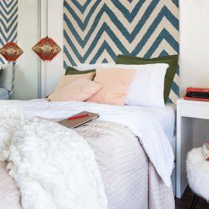 Lustrzana szafa dodaje optycznie lekkości i powiększa sypialnię. Projekt: Momba Arquitetura, Argentyna. Zdjęcia: Guilherme Pucci