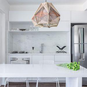Prosta biała kuchnia w formie aneksu kuchennego. Projekt: Momba Arquitetura, Argentyna. Zdjęcia: Guilherme Pucci