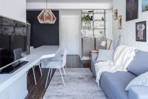 To mieszkanie ma zaledwie 45 m2. Architekci urządzili je w jasnych kolorach i przytulnym stylu dla inwestorki, która chciała przestrzeni idealnej do spotkań z przyjaciółmi. Jak im się udało?
