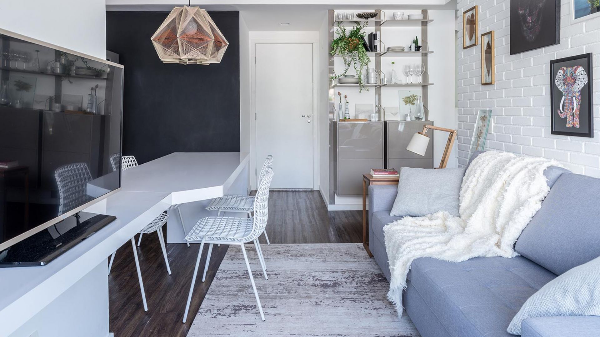 Mieszkanie o pow. 45 m2 ma część dzienną połączoną z kuchnią Projekt: Momba Arquitetura, Argentyna. Zdjęcia: Guilherme Pucci