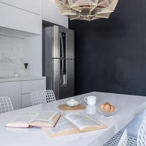 Ściana pomalowana farbą tablicówką to świetny pomysł w kuchni. Projekt: Momba Arquitetura, Argentyna. Zdjęcia: Guilherme Pucci