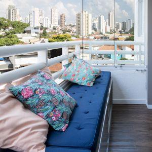 Po remoncie balkon stał się częścią salonu. Projekt: Momba Arquitetura, Argentyna. Zdjęcia: Guilherme Pucci