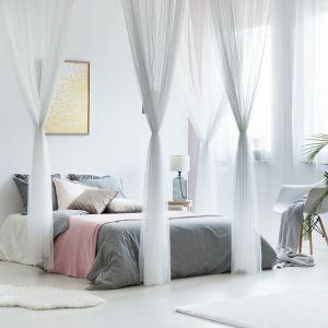 Moskitiera nad łóżkiem chroni przed owadami, a dodatkowo ciekawie dekoruje wnętrze. Fot.RuckZuck