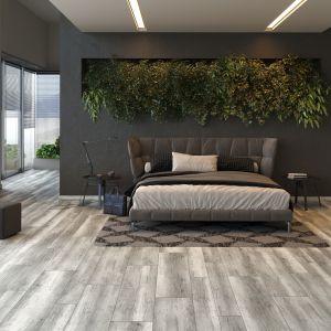 Roślinność ożywia wygląd sypialni. Na zdjęciu panele podłogowe Arteo Dąb Dakar od RuckZuck. Cena 66,99 zł za mkw.
