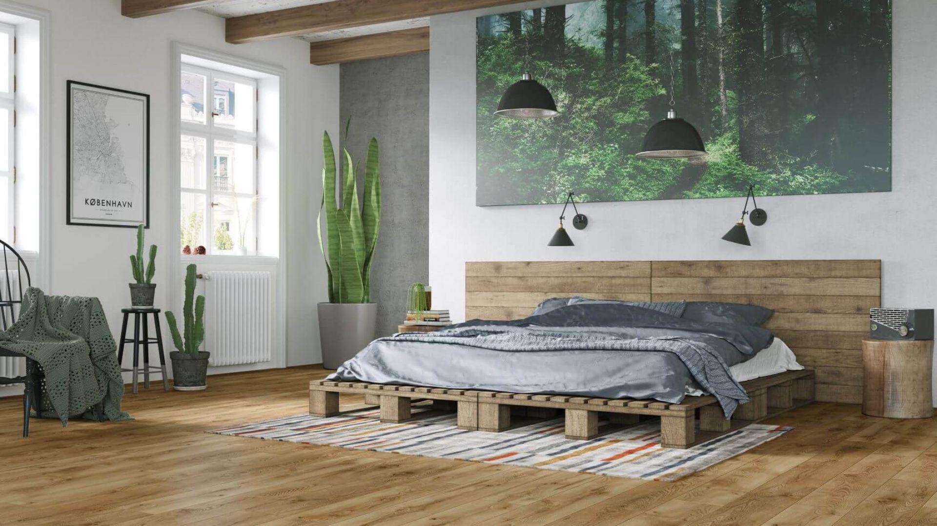 Łóżko z palet to must-have aranżacji w stylu eko. Na zdjęciu panele wodoodporne Vision 4V Dąb Anthabasca od RuckZuck. Cena Ok. 118 zł za mkw.