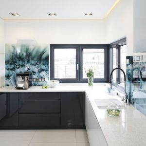 Szkło z bardzo ciekawym nadrukiem jest mocny elementem dekoracyjnym w kuchni. Od razu przyciąga wzrok. Projekt: Renata Modrzyńska-Kasiak. Fot. Bartosz Jarosz