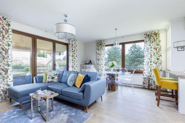 Przytulne, jasne wnętrze pięknie ożywiają kolorowe dodatki, które nadają mu indywidualnego charakteru. Ten dom doskonale odzwierciedla osobowość właścicieli – otwartość i pozytywne nastawienie.