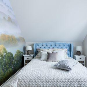 W sypialni jedną ze ścian zdobi fototapeta. To zdjęcie fotografa Pawła Tadejko. Projekt: Justyna Mojżyk, poliFORMA. Fot. Monika Filipiuk-Obałek